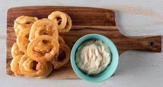 Onion rings από τον Άκη Πετρετζίκη. Η πιο εύκολη συνταγή για να φτιάξετε τα πιο νόστιμα και τραγανά onion rings! Ένα τέλειο ορεκτικό με μία υπέροχη σως!