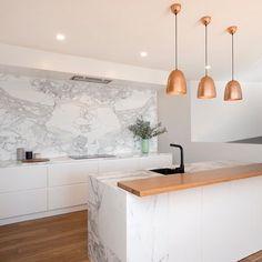 Calacatta marble kitchen by Ben Kennedy Building Cafe Interior, Kitchen Interior, New Kitchen, Kitchen Design, Best Kitchen Countertops, Apartment Kitchen, Home Decor Inspiration, Home Kitchens, Kitchen Remodel