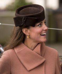 Pin for Later: Die 27 besten Hüte, die Kate Middleton je getragen hat 2013 beim Cheltenham Festival