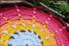 Um tapete em arcos de pontos altos, com fio de malha de 7 cores diferentes...         Gosto muito de modelos em arcos e são bem fáceis de t... Crochet Mat, Love Crochet, Rugs On Carpet, Blanket, Cool Rugs, Knit Rug, Crochet Mandala, Crochet Round, Crochet Lace