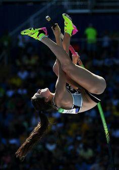 Eliza Mccartney of New Zealand competes during the Women's Pole Vault Qualifying Round - Group A on Day 11 of the Rio 2016 Olympic Games at the Olympic Stadium on August 16 2016 in Rio de Janeiro Brazil. Olympic Gymnastics, Olympic Games, Foto Sport, Rio Olympics 2016, Summer Olympics, Anatomy Poses, High Jump, Sport Fitness, Body Poses