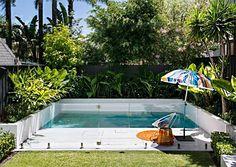 10-piscina-encostada-em canteiro-no-muro-fechamento-em-vidro