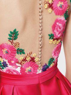 Gleda vestido fiesta corto efecto 2 piezas. Falda con bolsillo en mikado,escote ilusión en tul cristal bordado. Transparencias y efecto tatuaje. Pronovias