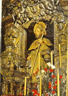 El Apóstol Santiago - Pilgrims can go behind him above the altar and touch the statue. Santiago de Compostela, Galicia, España