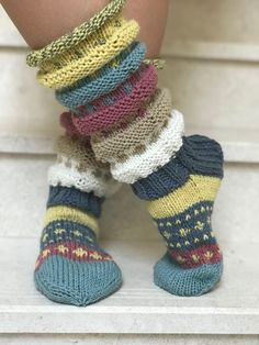 Sweater Knitting Patterns, Loom Knitting, Knitting Socks, Hand Knitting, Norwegian Knitting, Sock Leggings, Sock Toys, Knitted Slippers, Fashion Socks