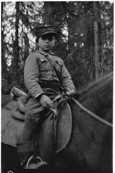 13-vuotias Paltamolainen sotilaspoika Nestori Lindström toimii erään tykistömajurin (majuri Spåre) lähettinä rintamalla.  Loimolanjärven seutu 1944.08.03. SA-kuva.