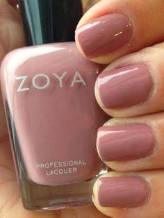 manucure nude, vernis rose nude sur des ongles courts, manucure élégante