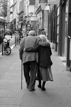 """""""Y cuando seamos viejos y me digas:  ¿Cómo llegamos juntos hasta aquí?  Yo te responderé:  Porque en lugar de gritar, hablamos; en lugar de huir buscamos soluciones. Porque todo y nada era de los dos, porque lloramos y reíamos juntos; porque un día nos prometimos estar en lo bueno y en lo malo y sobre todo porque el amor con el tiempo aumentó en forma de un cariño que no muere nunca.""""  Fotografía: John Tokaris."""