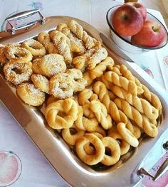 Κουλουράκια μήλου Τέλεια  φανταστική γεύση και νοστιμιά. Υλικά •1 κούπα πολτό μήλου •1 κούπα ηλιέλαιο •3/4 της κούπας ζάχαρη •1 φακελάκι μπέικ___________ Κουλουράκια μήλου Τέλεια  φανταστική γεύση και νοστιμιά. Υλικά •1 κούπα πολτό μήλου •1 κούπα ηλιέλαιο •3/4 της κούπας ζάχαρη •1 φακελάκι μπέικιν πάουντερ •λίγη κανέλα •αλεύρι όσο πάρει Εκτέλεση Ανακατεύουμε όλα … Greek Sweets, Greek Desserts, Greek Recipes, Vegan Desserts, Greek Cookies, Biscuit Bar, Easy Sweets, Chocolate Sweets, Cookie Recipes