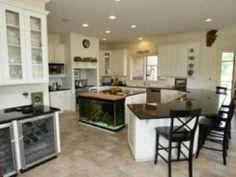 The Best Celebrity Kitchens - Sheryl Crow Celebrity Kitchens, Celebrity Houses, Luxury Kitchens, Cool Kitchens, Kitchen Cabinets And Flooring, White Kitchen Cabinets, Custom Countertops, Black Countertops, Studio Kitchen
