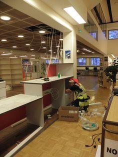 Kirjastoon tuli uusi palautusautomaatti ja tiskit siirrettiin ja muutettiin. Oli kiva nähdä tätä jo teko vaiheessa.