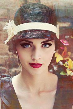 Оригинал взят у julianna_hor13 в Всё дело в дамской шляпе. Часть 3. (продолжение) Шляпка «Клош» «Клош» – миниатюрный женский головной убор по форме напоминающий…