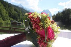 Brautstrauß in Fuchsia von Passiflori - Deutsch-indische Hochzeit im Riessersee Hotel Garmisch-Partenkirchen, Bayern, Navy Blue, Weiß, Fuchsia, Vintage, Schmetterlinge, Ballons - #deutsch-indische Hochzeit #Riessersee Hotel #heiraten in Bayern #Hochzeit in Garmisch