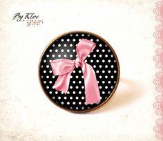 """Bague Cabochon • Nœud rose sur pois • noir rose blanc rétro vintage verre  Cabochon en bronze qui mesure 1,8cm de diamètre, accompagné d'un dôme en verre. Bague en bronz - 9501739. Oeuvre de """" Bykloe"""""""