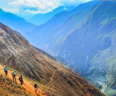 """É impossível estar em Cusco e não ver, pelo menos uma vez ao dia, a silhueta de Machu Picchu estampada em algum lugar. O postal mais famoso do Peru está no rótulo da cerveja Cusqueña, na camisa do Club Cienciano, em pôsteres da Coca-Cola ou até no manto de um San Pedro desfilando na Plaza de Armas. Batizada em 1911 de """"the lost city of the incas"""" pelo norte-americano Hiram Bingham, considerado seu """"descobridor"""", hoje Machu Picchu é tudo menos """"perdida"""". Foto: @ci_mochileira"""