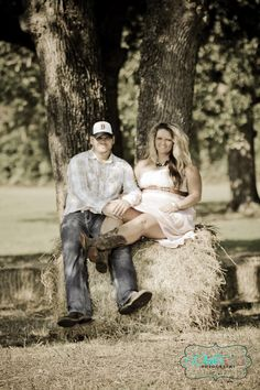 Cute engagement photos. Rustic country setting.  Photography by Donna Dodson & Sandra Leas WaterColorFotography.com