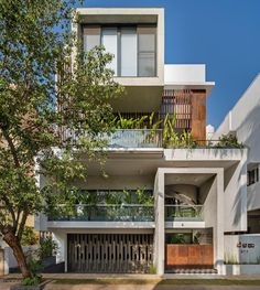 """Completed in 2019 in Bengaluru, India. Images by Shamanth Patil. The highlights of """"Belaku"""" is the well defined and balanced use of geometric forms. The spaces are visually connected as well as they all. Courtyard House, Facade House, Modern Courtyard, Hunter Douglas, Casa Patio, Duplex House Design, Concrete Color, H Design, Geometric Form"""