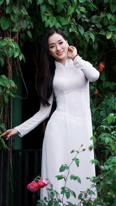 vietnamesse traditional white dress look Long Dress Fashion, Fashion Dresses, Vietnamese Clothing, Plus Size Bikini Bottoms, Female Poses, Beautiful Asian Women, Ao Dai, Asian Woman, White Dress