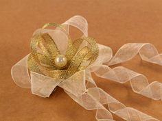 Estas flores están realizadas con cinta de organza, cosidas con hilo de algodón,llevan pegada una bolita imitación perla y también llevan cosidos u...
