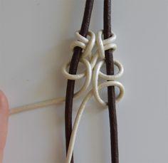 Hola chicas!! Aquí estoy de nuevo más feliz que una perdiz!! Os he echado de menos muchísimo!!!! Sigo sin internet asi que estoy en casa... Jewelry Knots, Macrame Jewelry, Jewellery, Leather Bracelet Tutorial, Macrame Tutorial, Jewelry Making Tutorials, Macrame Bracelets, Bead Crochet, Leather Jewelry