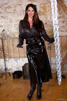 Black Raincoat, Satin Bluse, Middle Aged Women, Latex Girls, Leather Dresses, Leather Outfits, Sexy Older Women, Latex Fashion, Sexy Outfits