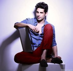 Sidharth Malhotra is a Famous Bollywood Actor. He made his acting debut by movie Student Of The Year. Sidharth Malhotra Biography is discussed here. Indian Celebrities, Bollywood Celebrities, Bollywood Hairstyles, Youre Everything To Me, Glamour World, Student Of The Year, Indian Star, Smart Men, Stylish Girl Pic