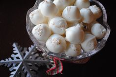 Eggnog Truffles- soft truffle center dipped in white chocolate and sprinkled with nutmeg #christmas #truffle