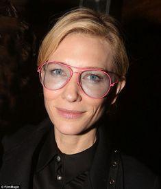 Cate Blanchett mostró su peculiar estilo en Nueva York el domingo, en un espectáculo de Broadway. La actriz australiana sonrió cuando posó entre bastidores en el teatro Richard Rogers, con fans que fueron a ver su obra
