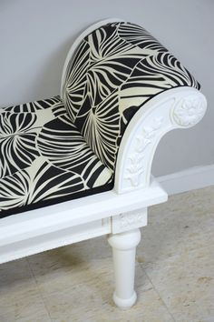 It's easy to upholster a bench when you've got the right tools for the job and clear instructions. See this step-by-step tutorial to upholster a bench!