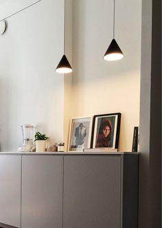 La lampe à suspension STRING LIGHTS de @flosnorthamerica est une lampe à lumière diffuse. Corps en aluminium moulé sous pression verni noir mat revêtu d'un vernis transparent doux au toucher. Nous sommes ouverts sur rendez-vous pour ramassages! Visitez notre site web pour plus de détails. Diffused Light, Transparent, String Lights, Flooring, Led, Lighting, Storage, Site Web, Infinite