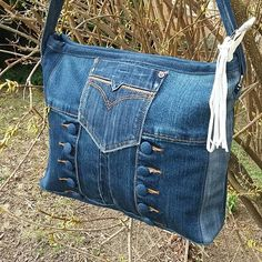 / great looking denim handbag / i love the buttons / Blue Jean Purses, Denim Handbags, Denim Purse, Denim Crafts, Boho Bags, Recycled Denim, Handmade Bags, Handmade Leather, Vintage Leather