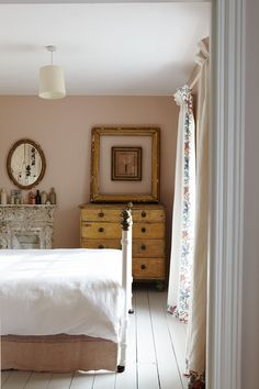 35 Amazingly Pretty Shabby Chic Bedroom Design and Decor Ideas - The Trending House Pink Bedrooms, Bedroom Sets, Home Bedroom, Bedroom Wall, Bedroom Decor, Eclectic Bedrooms, Bohemian Bedrooms, Master Bedroom, Haus Am See