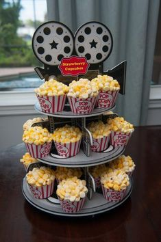 Movie night party ideas! Create movie snacks, food, and decorations at home outdoors. Hollywood Birthday Parties, Birthday Party For Teens, Sleepover Party, Birthday Party Themes, 13th Birthday Parties, Hollywood Theme Party Food, 16th Birthday, Sleepover Activities, Party Party
