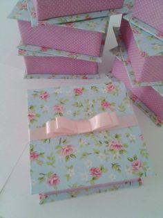 Caixa livro floral com azul e rosa. Créditos da pagina do facebook: Amor de papel, scrap da Paty.