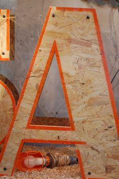 leuk iets met osb letters in de hal/keuken/woonkamer! en dan met zo'n fel oranje randje: hoe tof!! en dan op de muur hangen als een soort 3d met 5cm ertussen (alle letters verschillend tussen 2cm en 8cm!) ZO LEUK!!!!