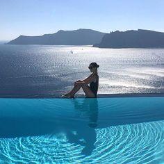 The infinity pool of my dreams. 🇬🇷🐟🌊☀️ @sheradill @hip_hotels #OmwInGreece #Santorini #Greece #OmwSpots