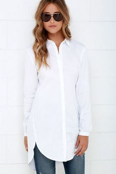 If being a little loopy looks as good as the Mink Pink Call Me Crazy White Button-Up Top, sign us up! Classic collared neckline tops this crisp, woven, cotton-blend number. Outfits Con Camisa, Look 2015, Casual Chique, White Tunic Tops, Long Tunic Tops, Classic White Shirt, White Button Down Shirt, Mode Hijab, Tunic Shirt