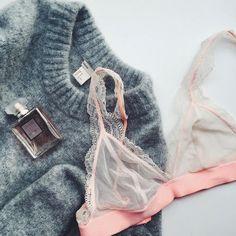 Parce que la St-Valentin arrive à grands pas et qu'on aime s'acheter de la p'tite lingerie cute pour l'occasion...  #lookdujour #ldj #lingerie #lace #pink #cute #feminine #cozy #sweater #mohair #lacebra #hm #hmstyle #valentine #fragrance #simple #regram  @patricia_lo