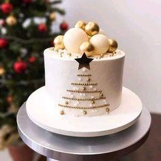 Christmas Themed Cake, Christmas Cake Designs, Christmas Cake Decorations, Holiday Cakes, Christmas Desserts, Christmas Treats, Mini Christmas Cakes, Xmas Food, Christmas Cooking
