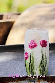 Schönes, romantisches Windlicht mit zarten Rosen. In die Blüten wurden feine Seidenfäden eingefilzt und verleihen den Blüten einen wunderschönen Glanz. Das Windlicht hat einen Durchmesser von...