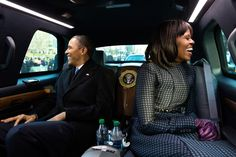Barack Obama y Michelle Obama montan en el desfile inaugural en Washington, DC…