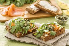La bruschetta irlandese è un ricco finger food preparato con alcuni ingredienti tipici della cucina irlandese: pane nero, salmone e burro.