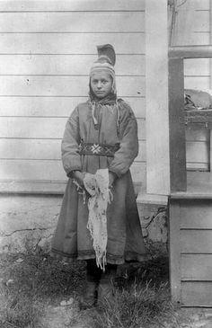 Samiske Inga Karen Johnsen med hornlue fra Sandnes, Sør-Varanger, Finnmark. Norway. Photographer Ellisif Wessel, late 1800 or early 1900