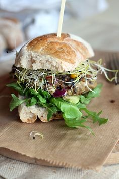 Black bean burger with corn, olives & feta cheese Vegetarian Cooking, Vegetarian Recipes, Healthy Recipes, Vegan Challenge, Eat Lunch, Snacks, Vegan Dinners, Veggie Recipes, Brunch Recipes