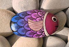 Pesce pietra dipinta viola È dipinto a mano con acrilico