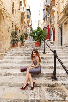 Grey bandage @MyBandageDress set with burgundy bag and shoes on the streets of Valletta, Malta : http://larisacostea.com/2016/12/in-valletta/