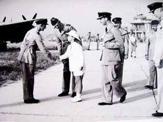 الملك فيصل الثاني وهو طفل مع خاله الوصي عبدالاله في زيارة الى منشاة عسكرية
