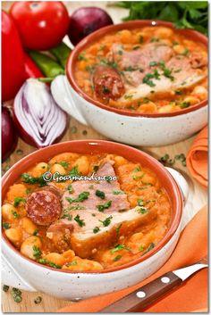 Iahnie de fasole Romanian Food, Romanian Recipes, Tasty, Yummy Food, Cheeseburger Chowder, Vegan Recipes, Curry, Beans, Soup