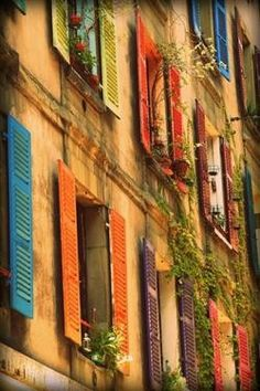 South of France, Provence Shutters. / LOVE this colorful photos glimpse into Provence, France!