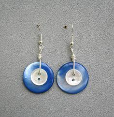 Boucles d'oreilles composées de 2 boutons anciens de nacre véritable bleu azur et 2 petits boutons de nacre